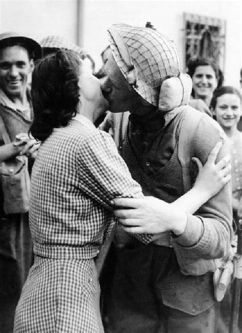 World War II in Pictures: Kissing During World War II